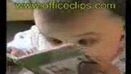 فیلمی جالب مطالعه یک بچه کوچک در حال مطالعه