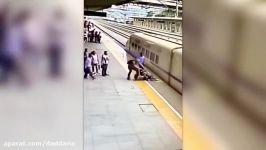 نجات دختر خودکشی توسط مامور ایستگاه قطار در چین