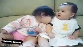 بوسیدن نوزاد دختر توسط نوزاد پسر عصبانیت نوزاد دختر